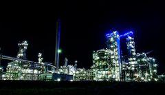 BP Raffinerie bei Nacht