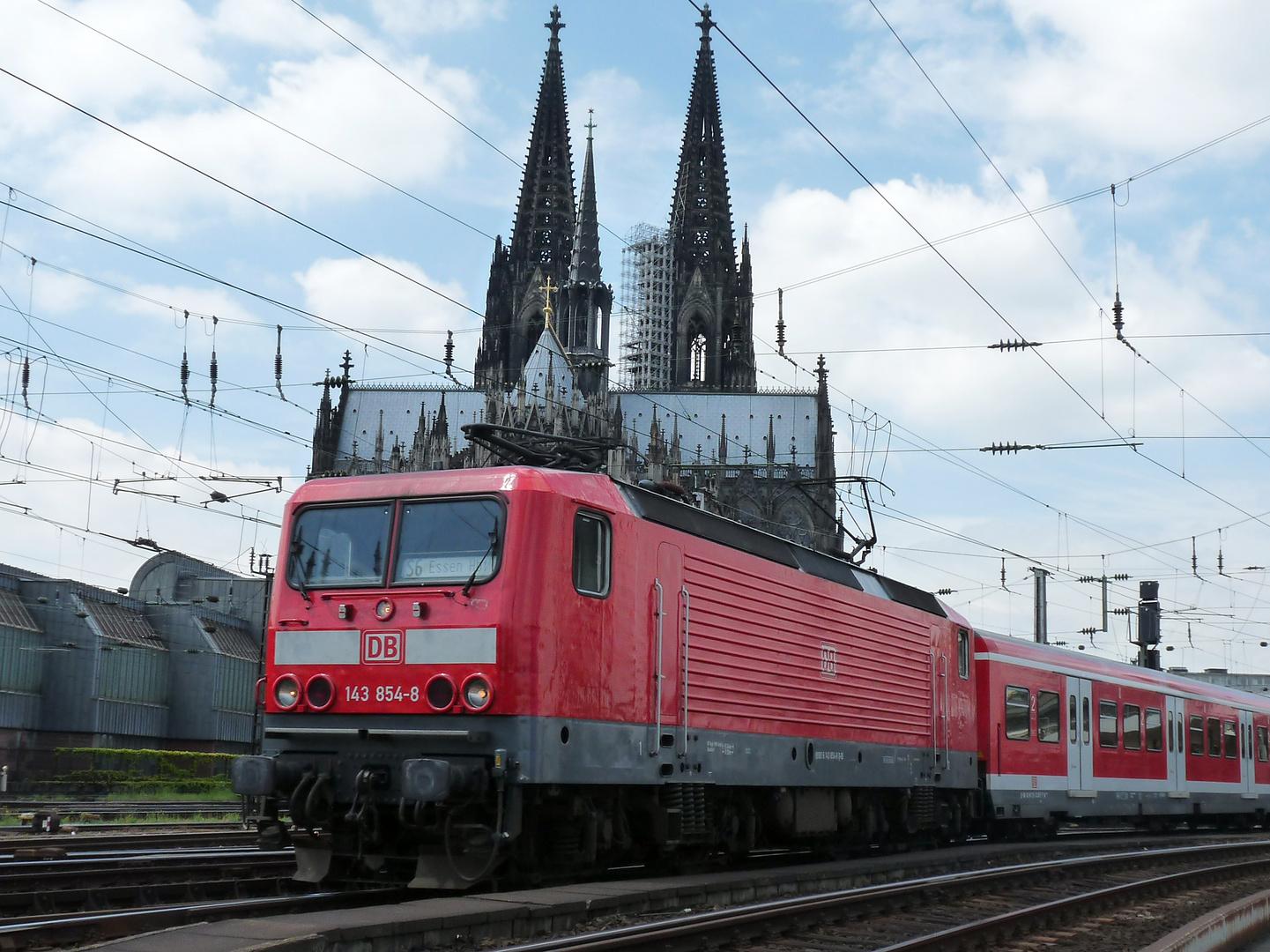 BR 143 854-8 am Kölner HBF