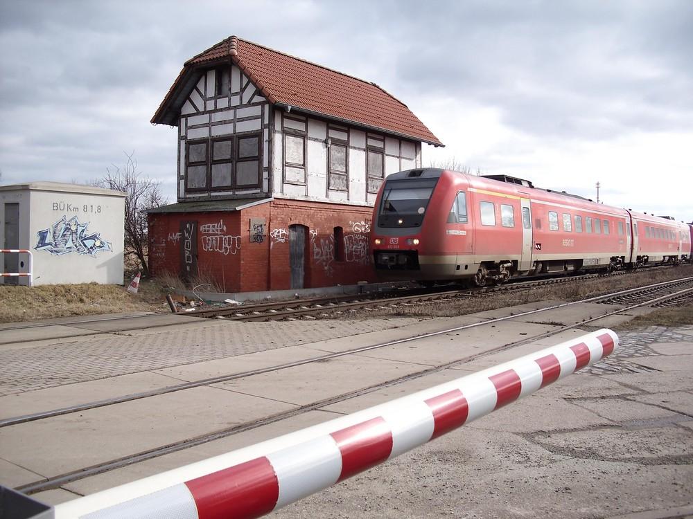 BR 612 vor dem alten Stellwerk in Wegeleben