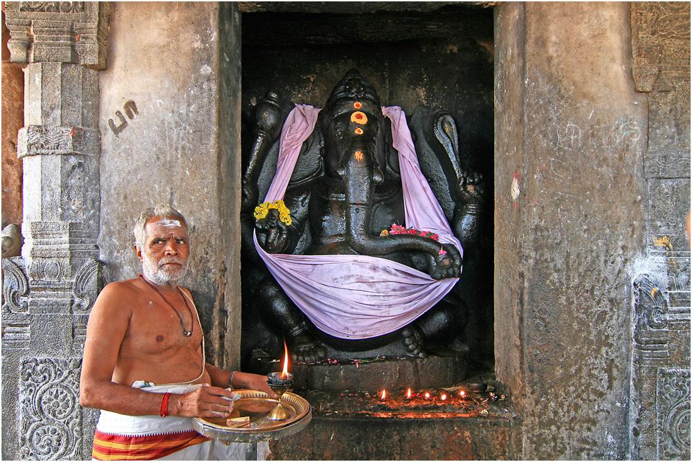 Brahmane mit heiligem Feuer vor einer Ganeshastatue