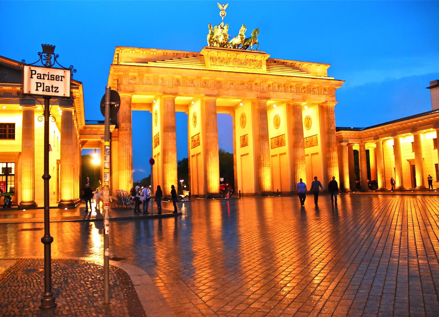 Brandenburger Tor im Abendlicht und Sprühregen