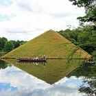 Branitzer Park bei Cottbus: Gondel vor der Seepyramide