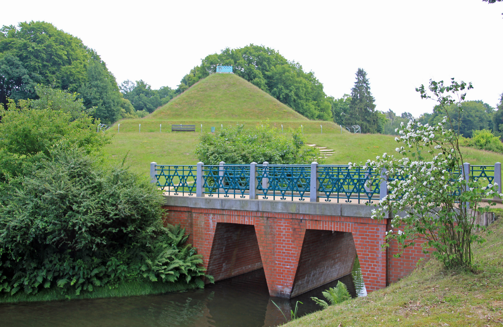 Branitzer Park bei Cottbus: Landpyramide und Ägyptische Brücke