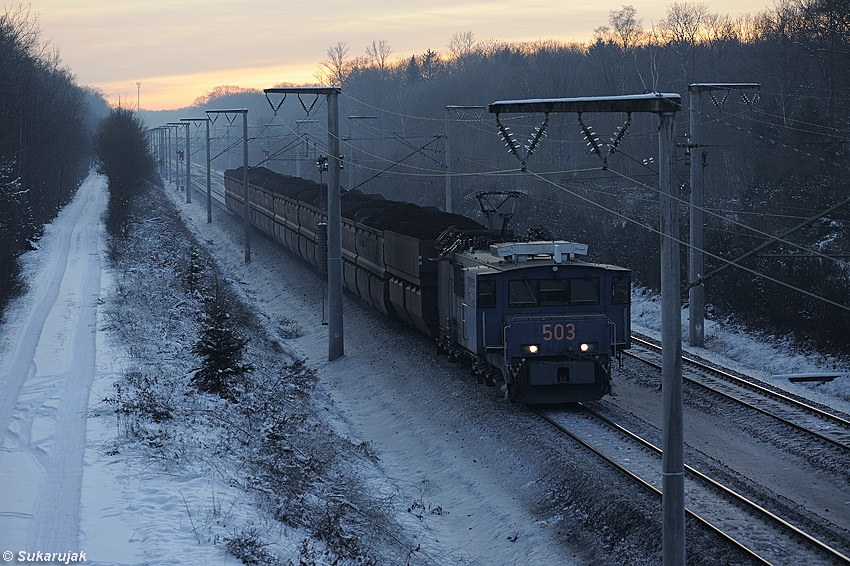 Braunkohletransport am Winterabend