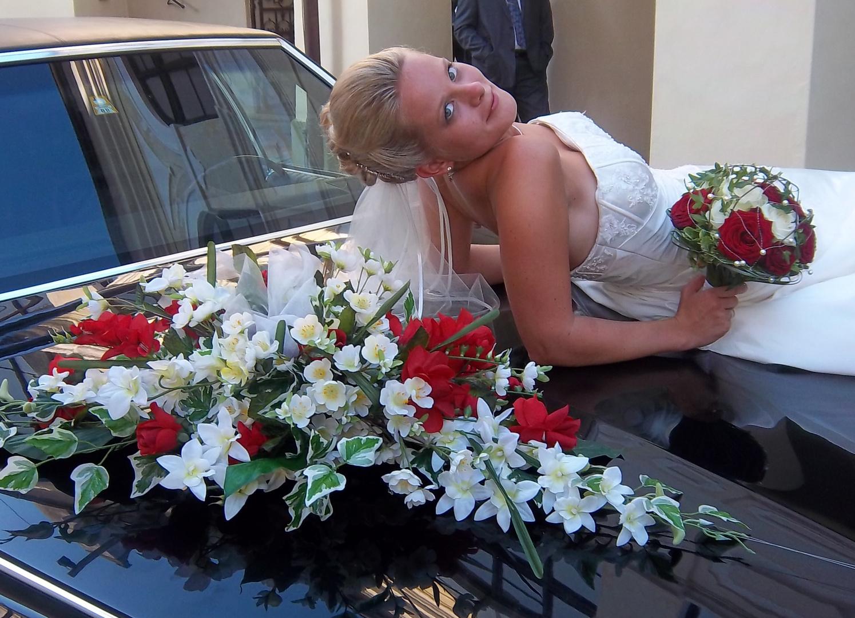 Braut auf Motorhaube :-)