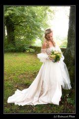 Braut neben Baum
