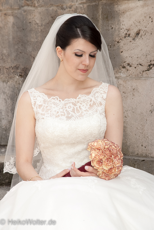 Braut sitzend am Maschteich - Hannover