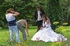 Brautpaar wird noch für die Aufnahme vorbereitet.