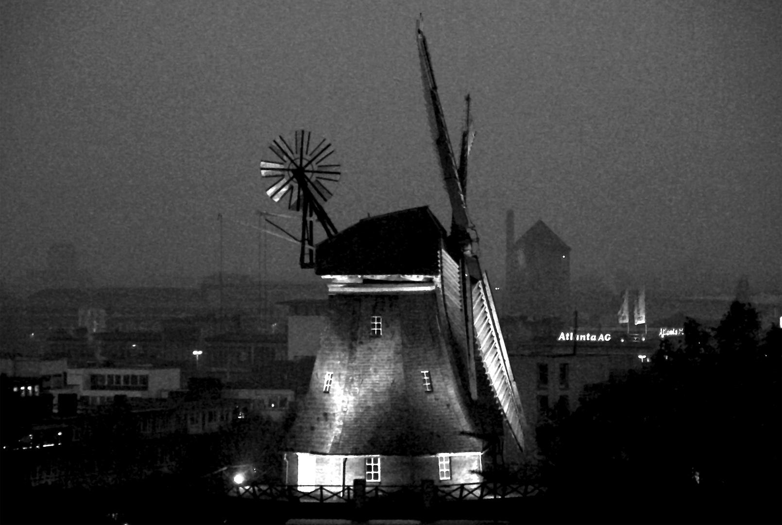 Bremen mit Wallmühle im grauen Nieselregen am späten Novembernachmittag