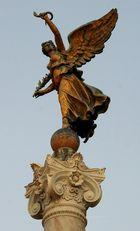 Bronze-Engel im Abendlicht