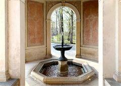 Bronzebrunnen im Seitenflügel des Lingnerschlosses