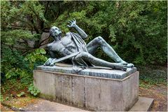 Bronzeplastik, Ehrenfriedhof