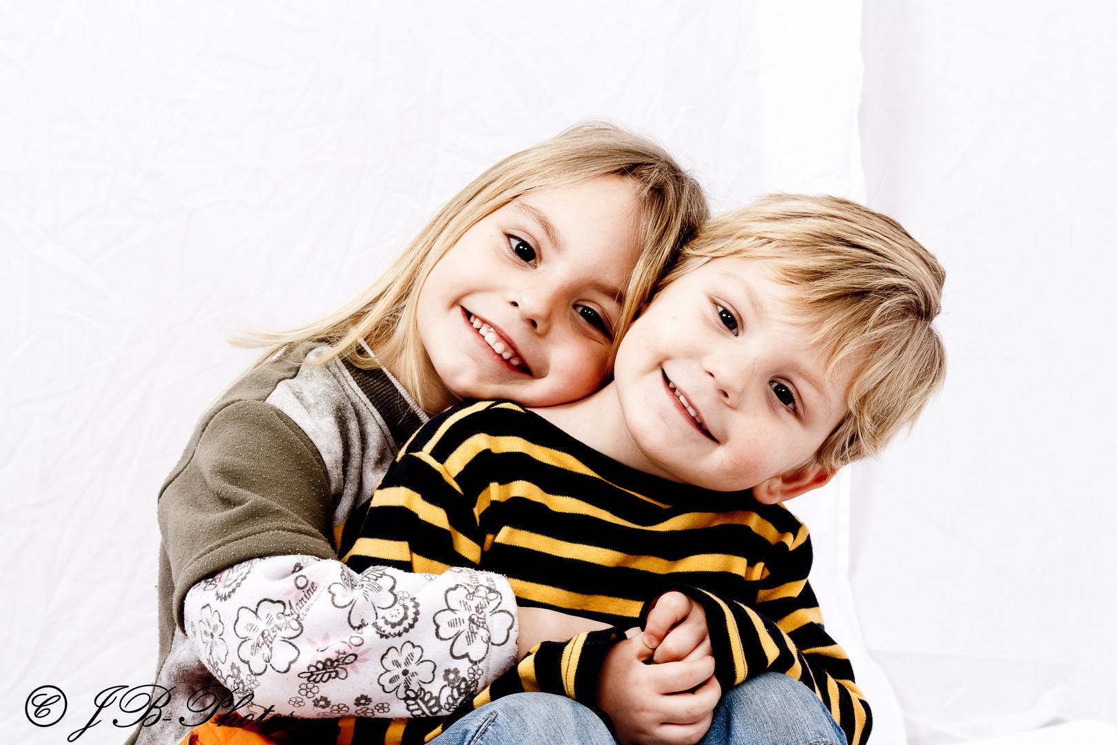 Bruder und Schwestern stockbild. Bild von kopf, kind