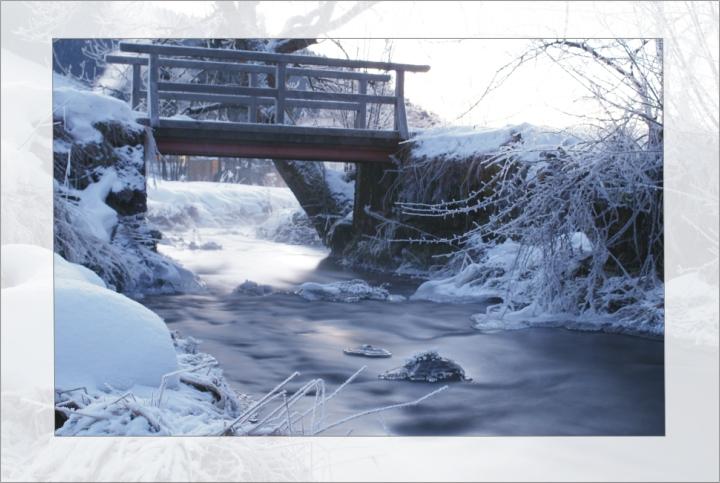 Brücke am Bach am frühen Morgen