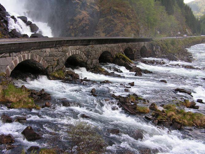 Brücke am Wasserfall (Norwegen)
