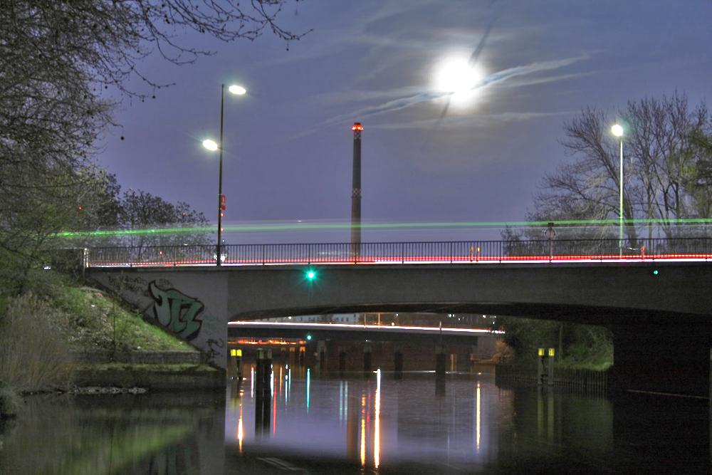 Brücke bei Nacht in Berlin Moabit