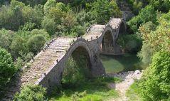 Brücke im grünen Meer