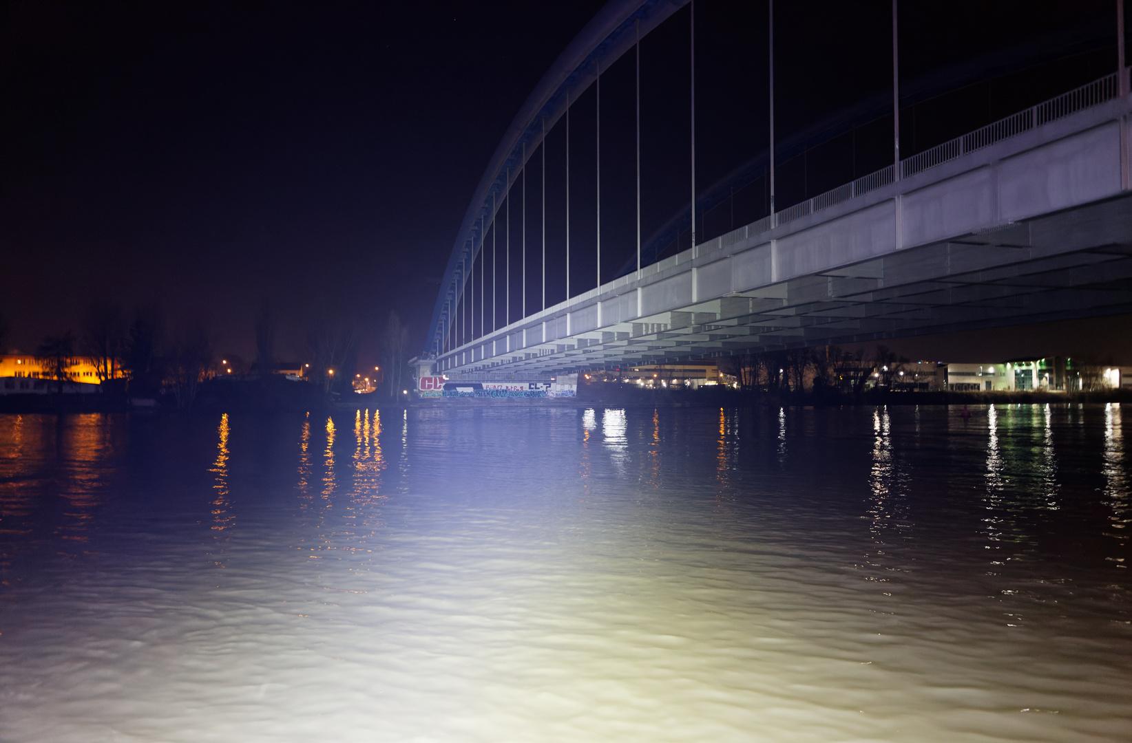 Brücke im Kunstlicht