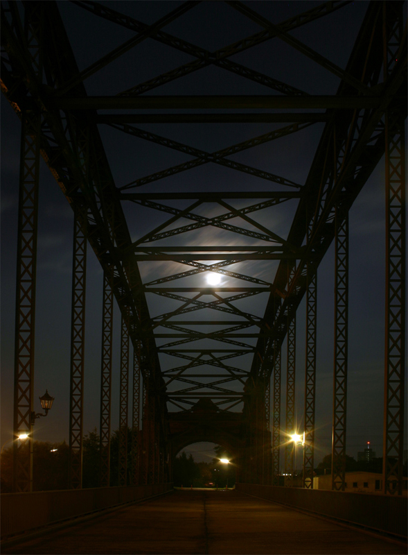 Brücke im Mondlicht