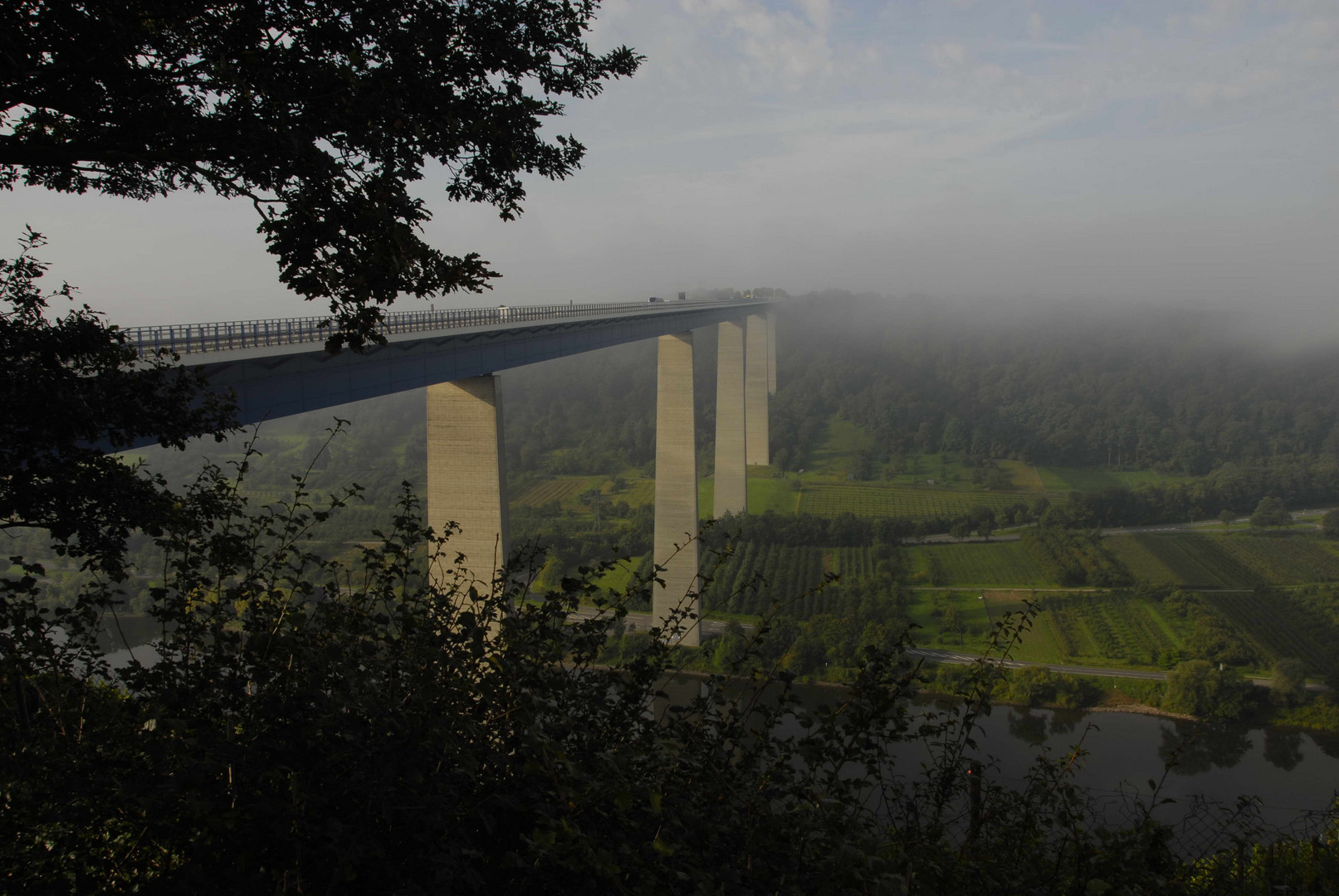Brücke im Morgennebel