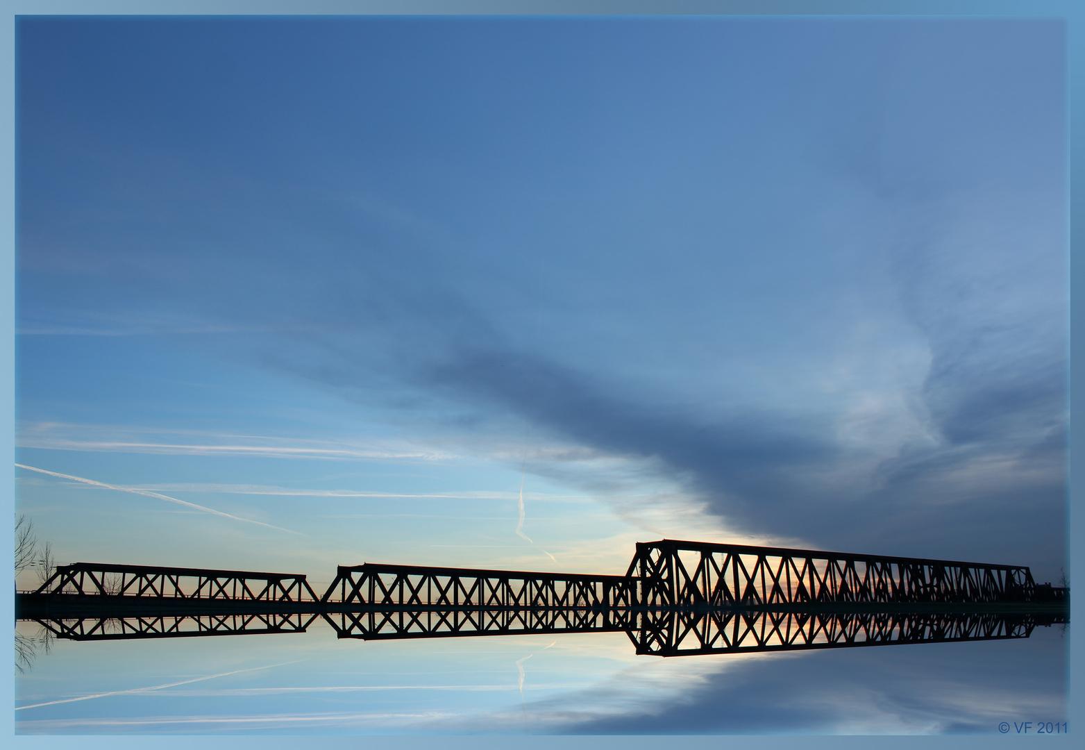 Brücke kreuzt Himmel