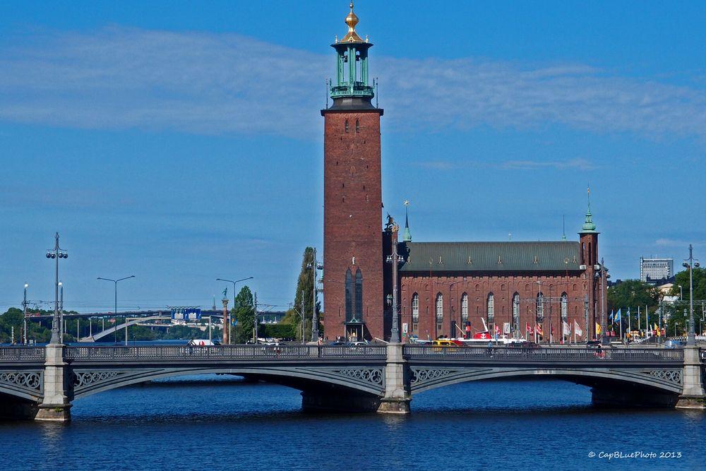 Brücke mit Stadshus (Rathaus von Stockholm)