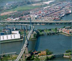 Brücke über dem Köhlbrand, im Hintergrund die A 7,führt zum neuen Elbtunnel