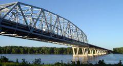 "Brücke über den ""Mighty Mississippi River"" bei Hannibal, Missouri, U.S.A."