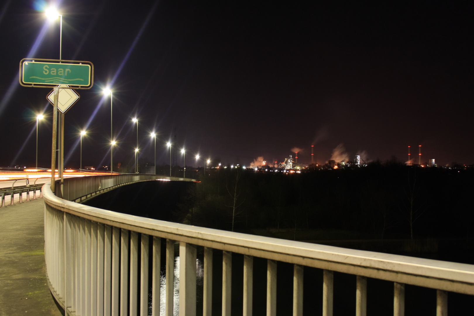 Brücke und Hütte bei Nacht
