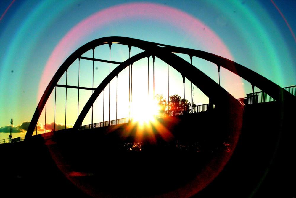 Brücke und Sonnenuntergang