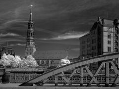 Brücken in Hamburg mit Katharinenkirche.