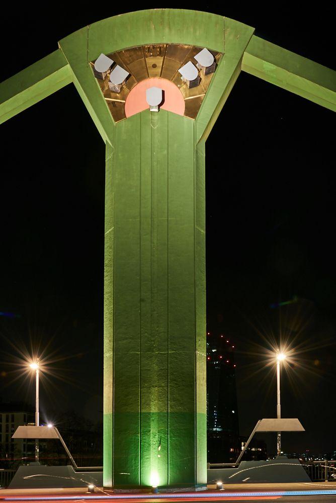 Brückenpfeiler bei Nacht