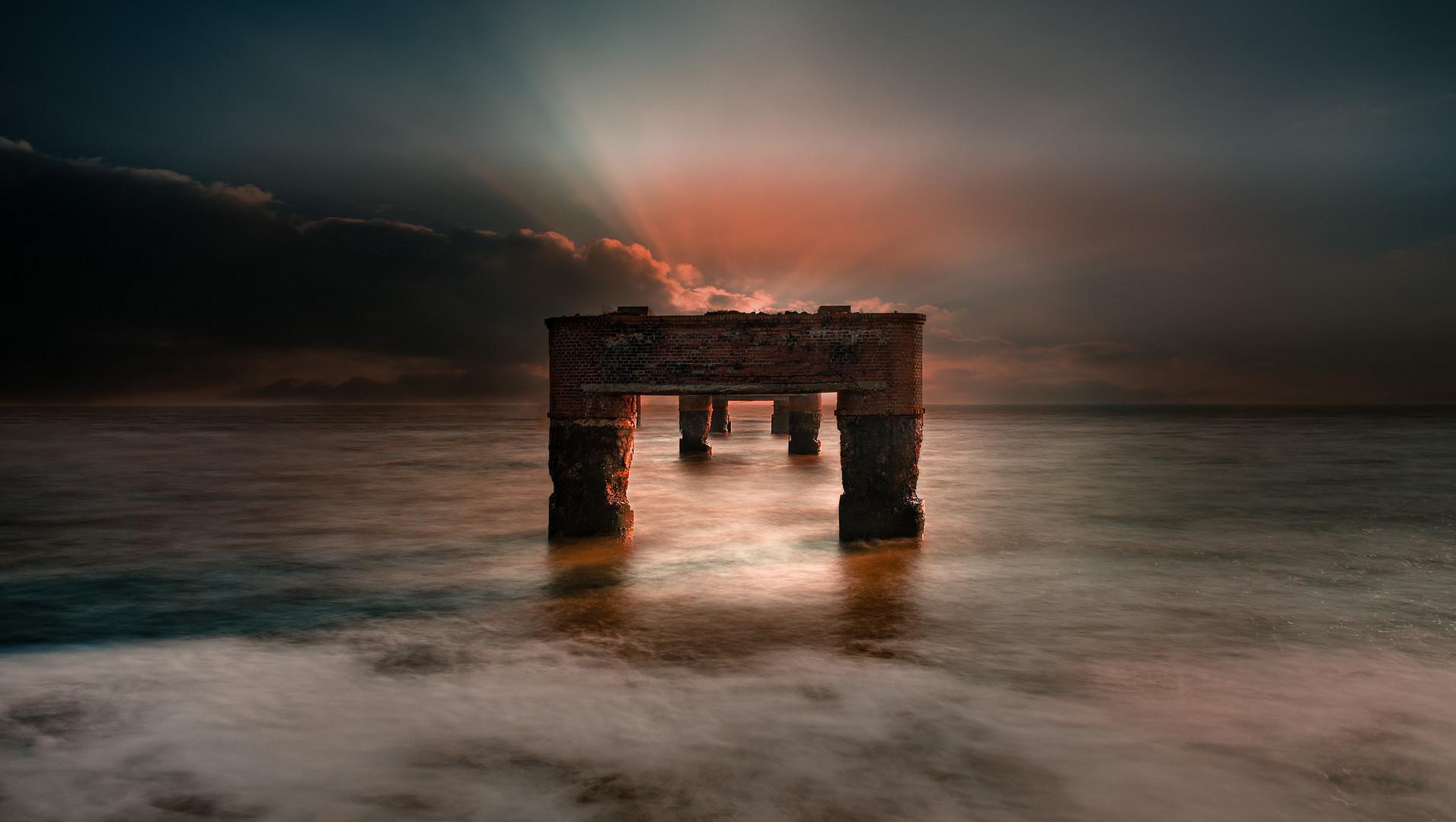 Brückenruine im Abendlicht