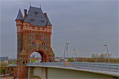 Brückenturm der Nibelungenbrücke