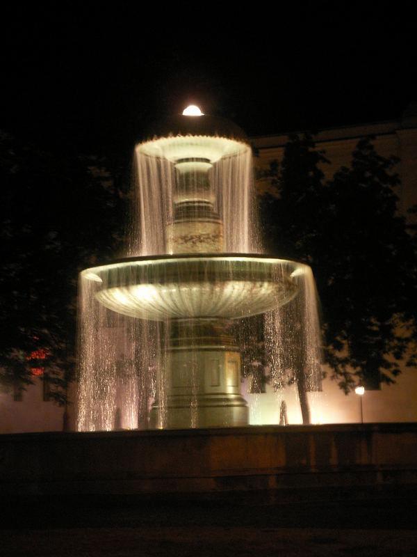 Brunnen am Geschwister-Scholl-Platz in München