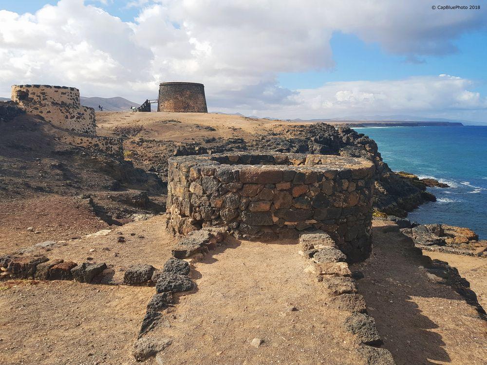 Brunnen mit Cotillos Turm zu Castillo El Teston gehörend