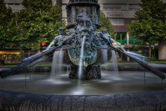 Brunnen mit Historiensäule auf dem Koblenzer Görresplatz