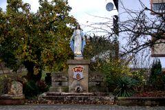 Brunnen mit Madonna