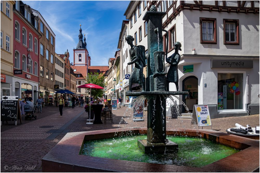 Brunnen mit Wasserträgerinnen