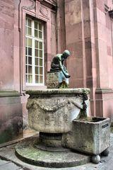 """Brunnen vor der Kleinen Kirche """"Wasserschöpfender Knabe""""*"""