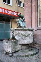 """Brunnen vor der Kleinen Kirche """"Wasserschöpfender Knabe"""""""