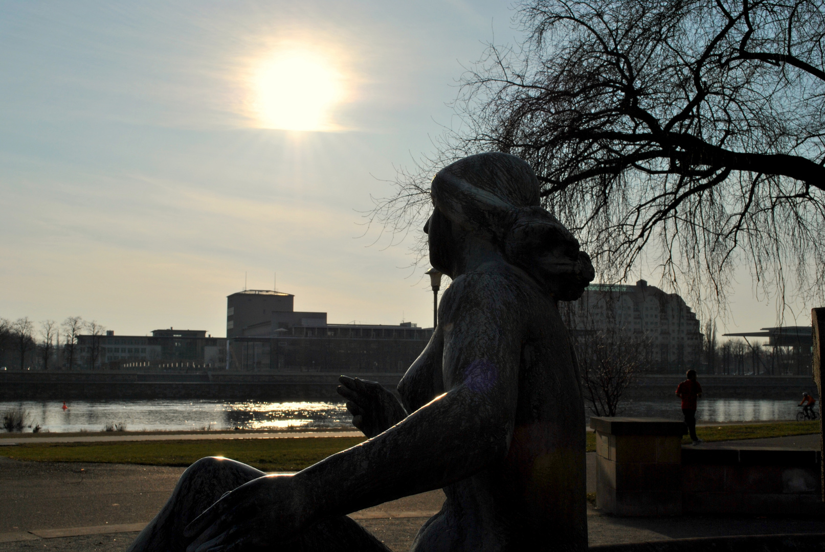 Brunnenfrau und Frühlingssonne