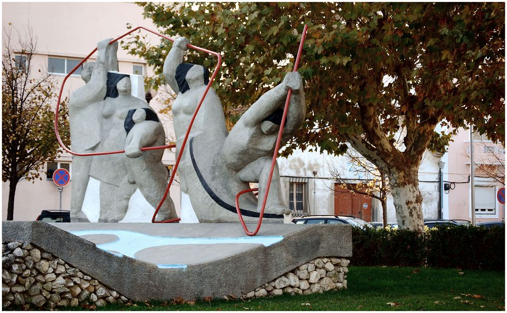 Brutta statua moderna. Ugly modern statue.