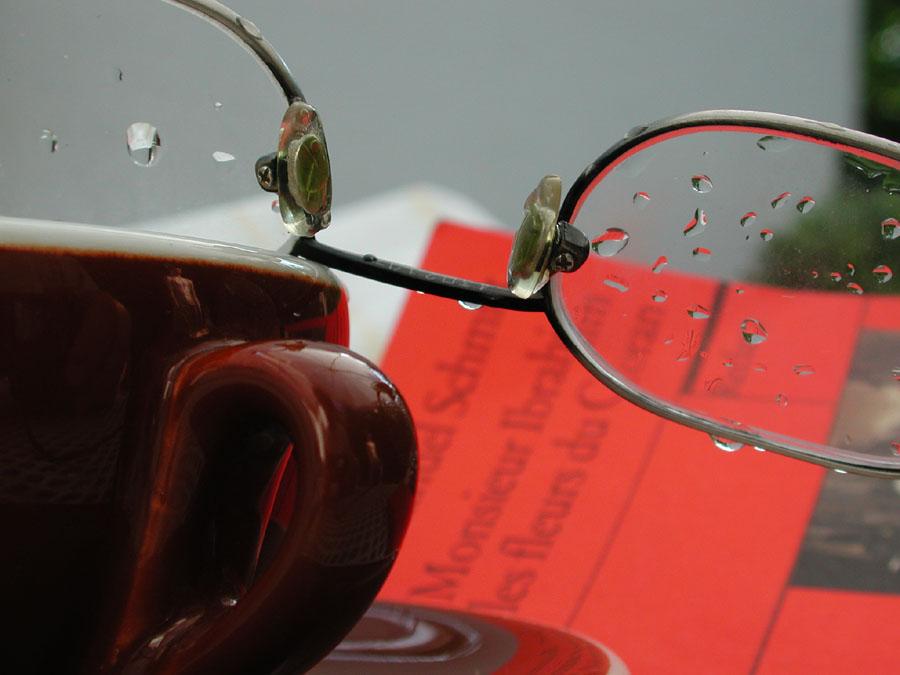 Buch und Cappuccino