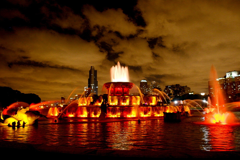 Buckingham Fontaine Chicago unter Wolkenhimmel bei Nacht
