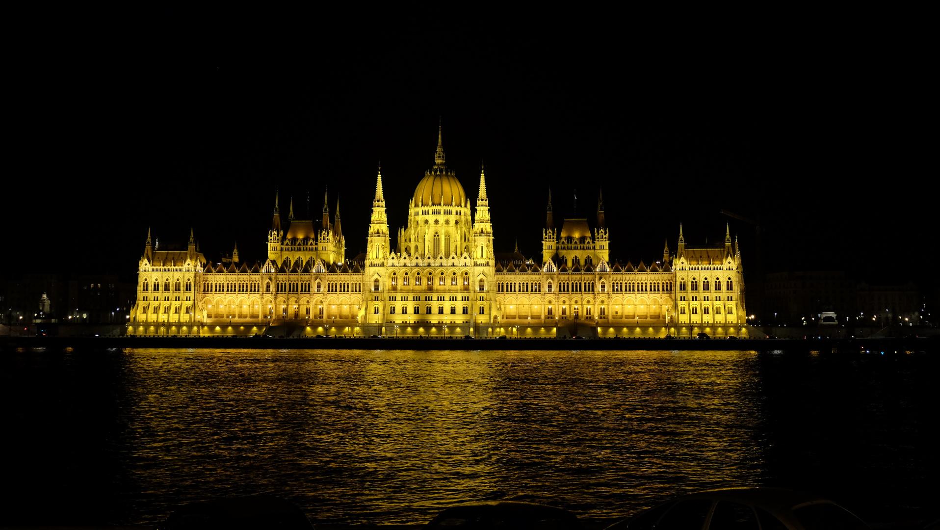 Budapest (1)  Das Parlament - Nachtansicht /  Le parlement - vue de nuit