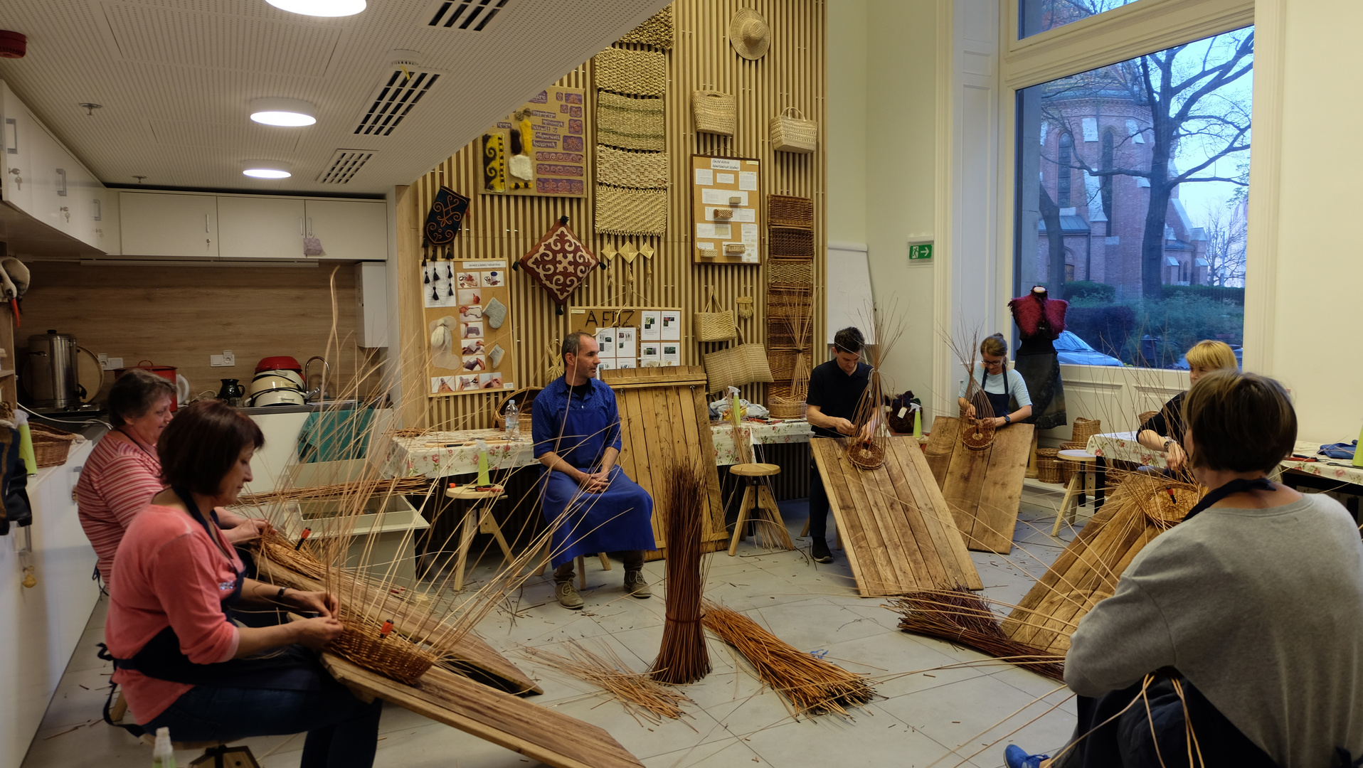 Budapest (4) Hungarian Heritage House - Kursteilnehmer lernen, Körbe herzustellen