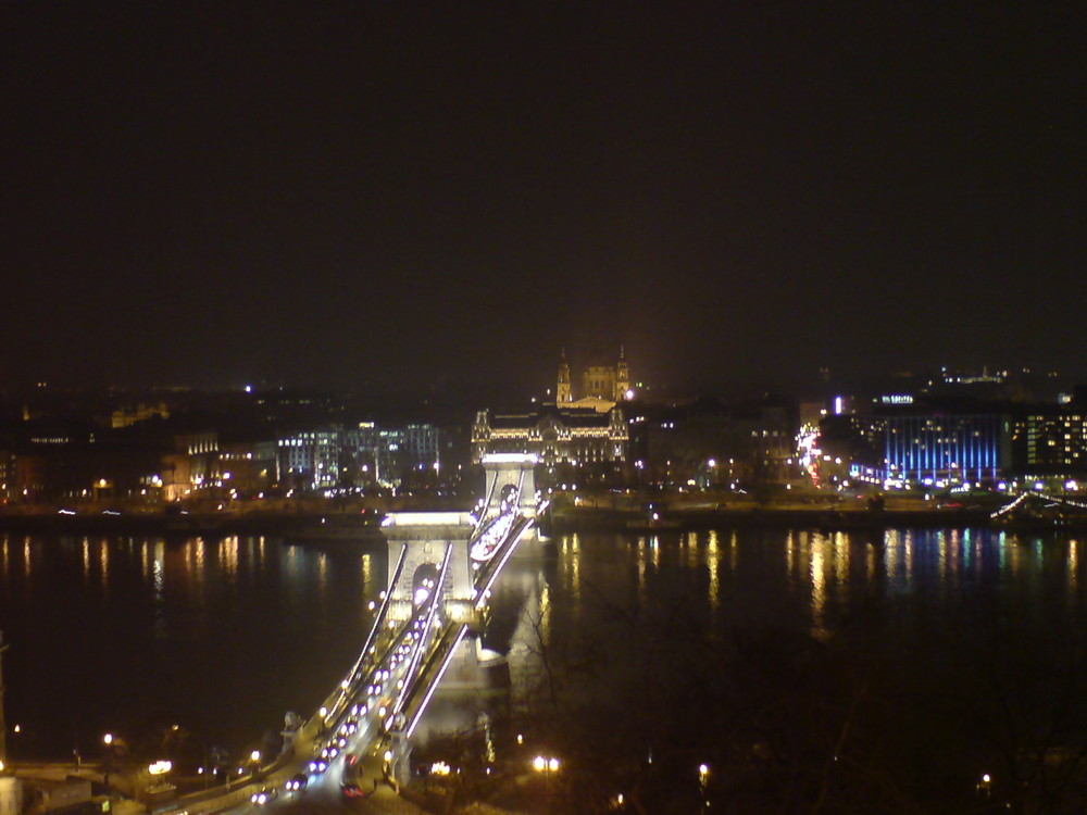Budapest at Night II - Kettenbrücke mit Basilika im Hintergrund