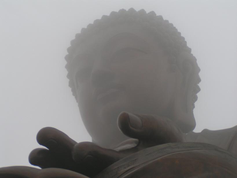 Buddah auf Lantau im Nebel