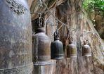 Buddhistischen Gebetsglocken in einer Höhle